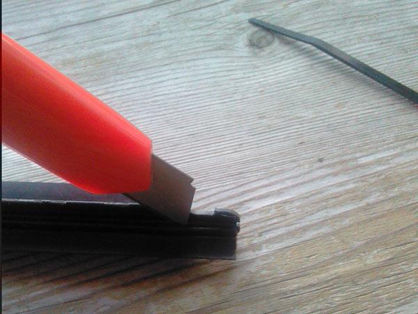 Намечаем место под отверстие в резинке щетки стеклоочистителя