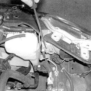 Регулировка положения фары на автомобиле Honda Civic с внутренней стороны