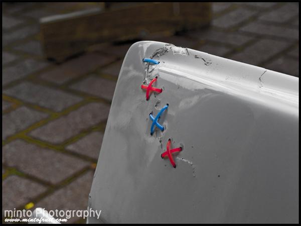 Шов на бампере из пластиковых хомутов