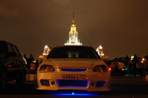 Автомобиль на фоне МГУ (смотровая площадка)